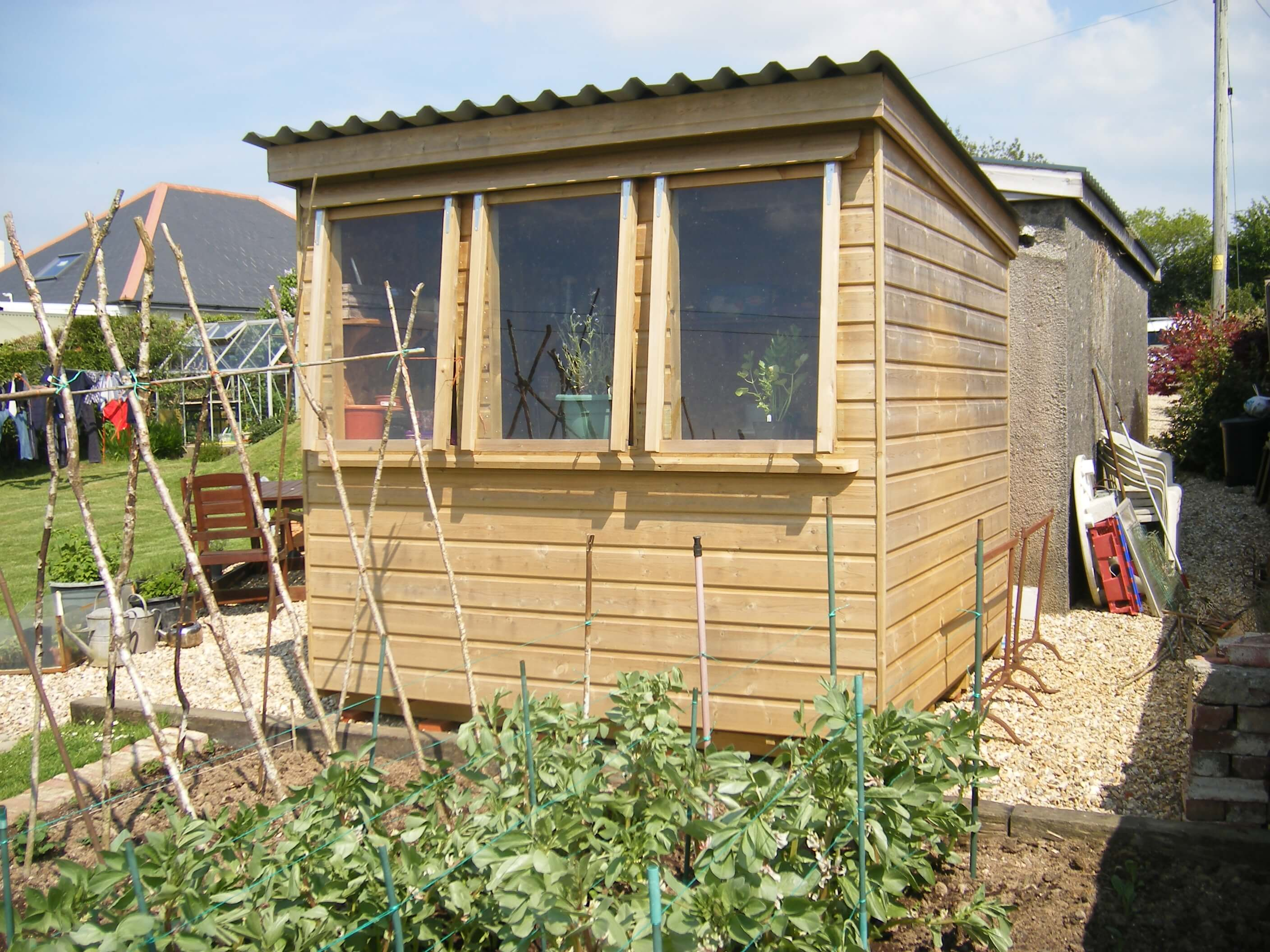 Gardeners shed with lean to roof